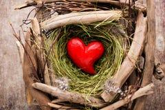 Décor de coeur de Pâques sur un fond en bois Configuration Image libre de droits