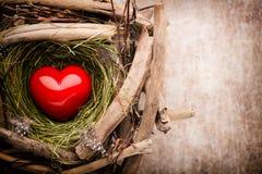 Décor de coeur de Pâques sur un fond en bois Configuration Photographie stock