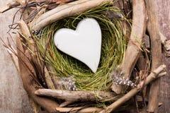 Décor de coeur de Pâques sur un fond en bois Configuration Photos libres de droits