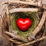 Décor de coeur de Pâques sur un fond en bois Configuration Images stock