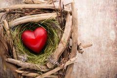 Décor de coeur de Pâques sur un fond en bois Configuration Photo libre de droits