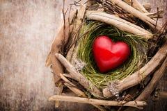 Décor de coeur de Pâques sur un fond en bois Configuration Photographie stock libre de droits