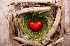 Décor de coeur de Pâques sur un fond en bois Configuration Photos stock