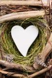 Décor de coeur de Pâques sur un fond en bois Configuration Image stock
