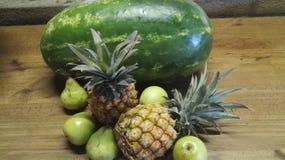 Décor de fruit sur la table images stock