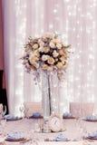 Décor de luxe de mariage avec les vases à fleur et en verre et le numéro un Images libres de droits