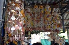 Décor de maison de coquille de mer à un marché de village en Thaïlande image stock