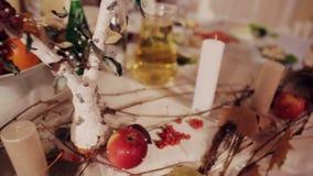Décor de mariage avec des bougies et pomme rustique clips vidéos
