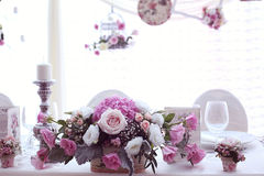 Décor de mariage avec des fleurs Photo stock