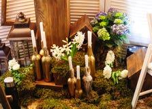 Décor de mariage avec des fleurs et des bougies de bouteille Image libre de droits