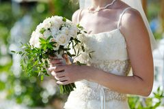Bouquet de mariage dans les mains de la jeune mariée Photos stock