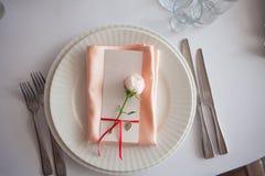 Décor de mariage Décor, cartes d'invité et plats personnels de portion Image libre de droits