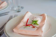 Décor de mariage Décor, cartes d'invité et plats personnels de portion Images stock