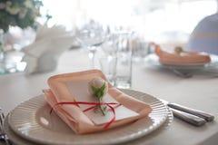 Décor de mariage Décor, cartes d'invité et plats personnels de portion Images libres de droits
