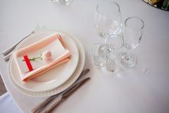 Décor de mariage Décor, cartes d'invité et plats personnels de portion Photographie stock