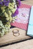 Décor de mariage Cartes d'invitation et anneaux de mariage, mensonge dans une boîte en bois Un bouquet des fleurs sèches tout prè Images libres de droits