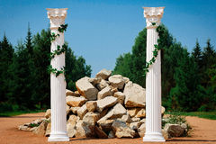 Décor de mariage, colonne antique et pierre dans la forêt image stock