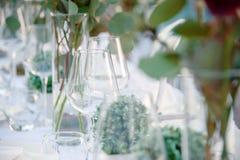 Décor de mariage d'été pour la table de jeunes mariés dehors avec des bougeoirs photo stock