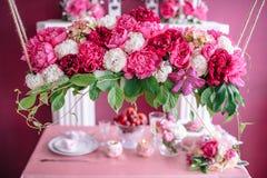 Décor de mariage dans le rose avec des pivoines Photos stock