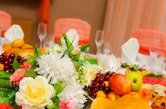 Décor de mariage, intérieur festive beau décor avec des fleurs Photos libres de droits