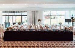 Décor de mariage, intérieur festive Table de banquet images stock