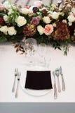Décor de mariage, intérieur festive Table de banquet Décorations les épousant modernes photographie stock