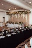 Décor de mariage, intérieur festive Table de banquet Décorations les épousant modernes photographie stock libre de droits