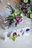 Décor de mariage, lettres d'AMOUR et fleurs sur la table Fleurs fraîches et décoration d'AMOUR sur la table de fête Décoration lu Photos stock