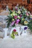 Décor de mariage, lettres d'AMOUR et fleurs sur la table Fleurs fraîches et décoration d'AMOUR sur la table de fête Décoration lu Image stock