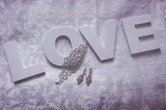 Décor de mariage sur la soie blanche Image stock