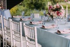 Décor de mariage sur la table avec des couverts photo stock