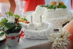 Décor de mariage sur la table avec des fleurs et des cloches Photo stock