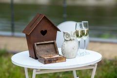 Décor de mariage sur la table Boîte avec des anneaux Photographie stock libre de droits