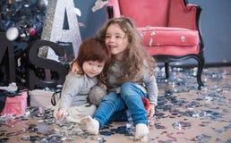 Décor de Noël et soeurs élégantes Enfants heureux photo libre de droits
