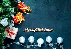 Décor de Noël Fond de célébration avec des boîte-cadeau de Noël et des boules argentées sur le fond concret bleu, vue supérieure, image libre de droits