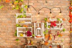 Décor de Noël Grand salon lumineux Mur de treeBrick de Noël avec des étagères des feuilles d'automne photo libre de droits