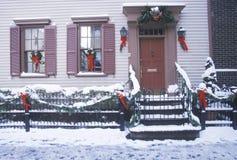 Décor de Noël sur la maison historique après tempête de neige d'hiver à Manhattan, New York City, NY Image stock