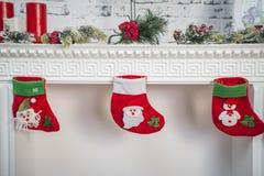 Décor de nouvelle année sur une cheminée blanche photo stock