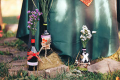 décor de Saint Valentin Histoire d'amour bouteilles avec des fleurs d romantique Images stock