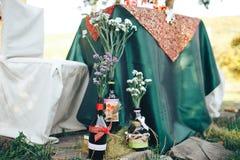 décor de Saint Valentin Histoire d'amour bouteilles avec des fleurs d romantique Photographie stock libre de droits
