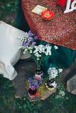 décor de Saint Valentin Histoire d'amour bouteilles avec des fleurs d romantique Photos libres de droits