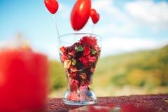 décor de Saint Valentin Histoire d'amour table décorée, coeurs, romant Photographie stock
