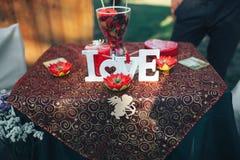 décor de Saint Valentin Histoire d'amour table décorée, coeurs, romant Photos stock