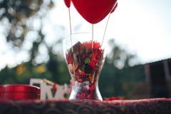 décor de Saint Valentin Histoire d'amour table décorée, coeurs, romant Images libres de droits
