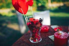 décor de Saint Valentin Histoire d'amour table décorée, coeurs, romant Photographie stock libre de droits
