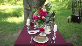 Décor de table de mariage à la nature un jour ensoleillé banque de vidéos