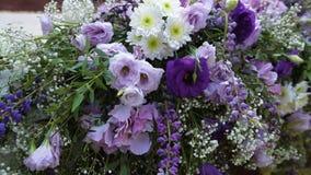 Décor des fleurs sur une cérémonie de mariage en parc clips vidéos