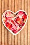 Décor en forme de coeur d'amour floral de pétales de ressort Photo stock