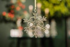 Décor en verre transparent d'arbre de Noël de flocon de neige photographie stock libre de droits