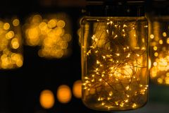 Décor léger de lampe dans le jour de Noël sur le fond de bokeh Image libre de droits